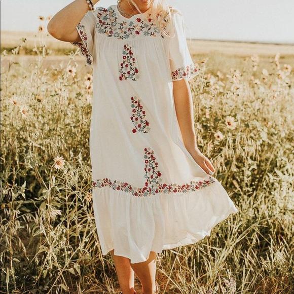 VICI EMBROIDERED WHITE DRESS MEDIUM